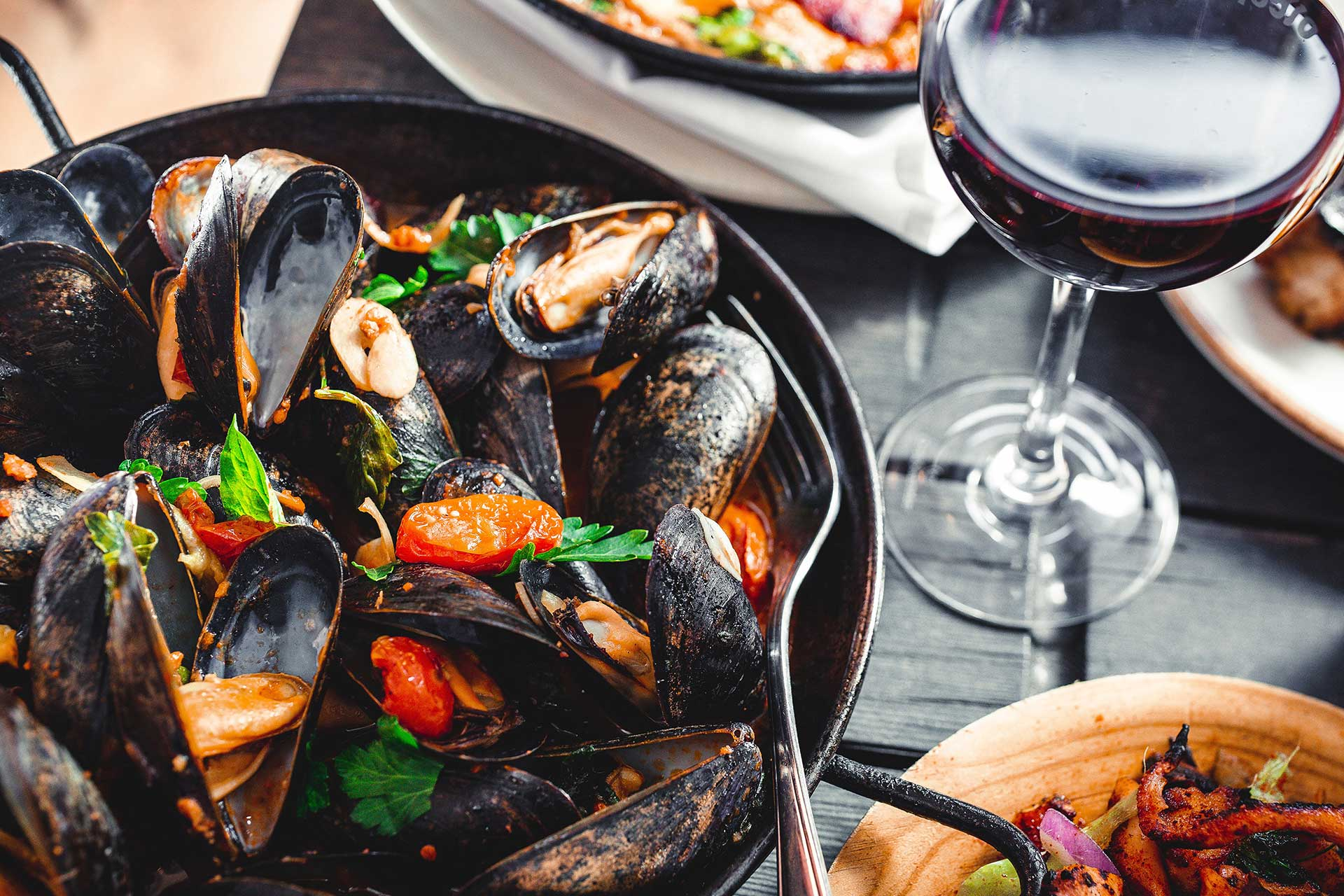 steamed mussels in iron pot